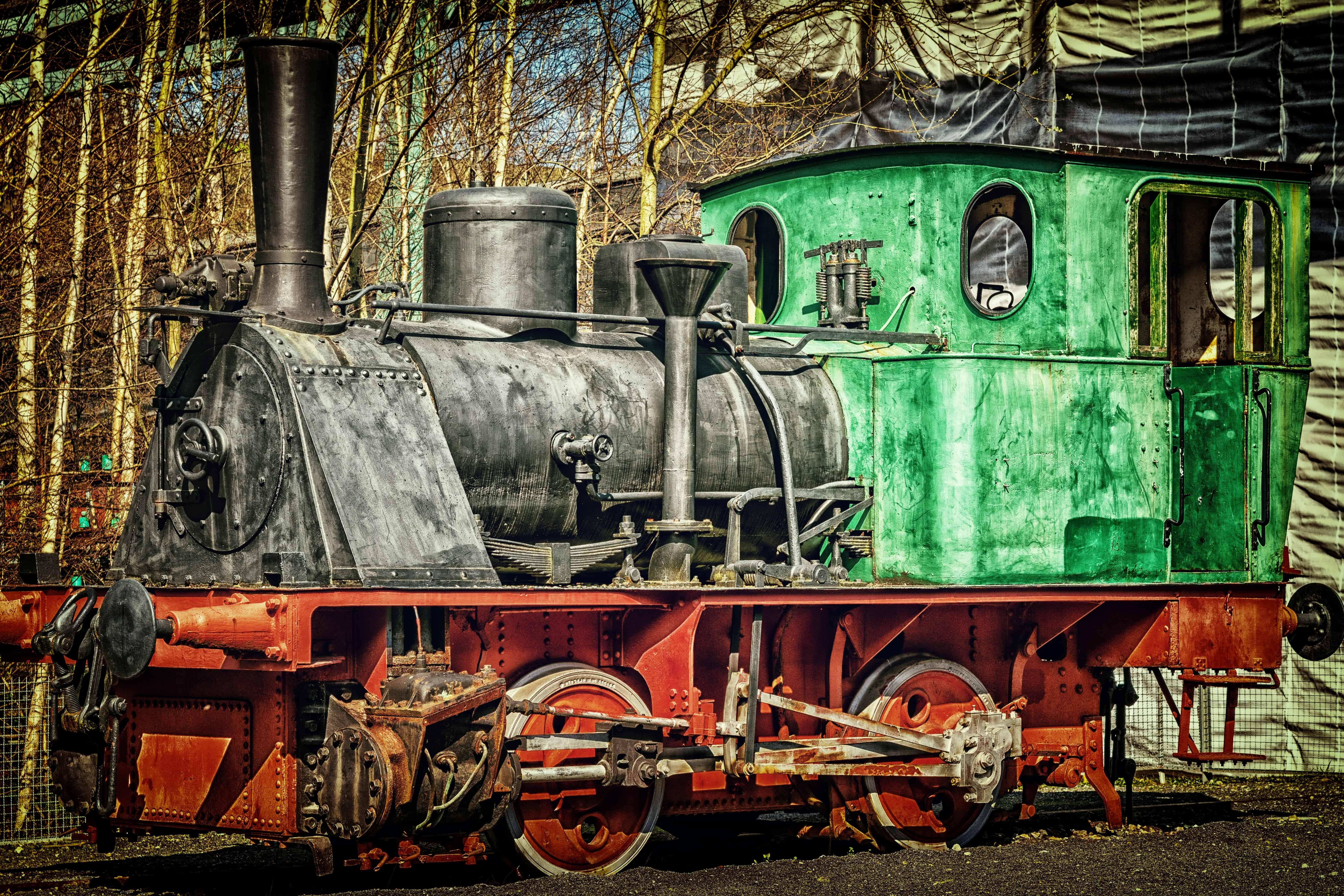 видим фотографии старых паровозов качестве возможных