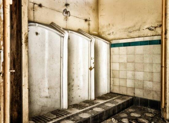à l'intérieur, salle de bains, abandonné, salle, mur, porte ancienne, des toilettes,