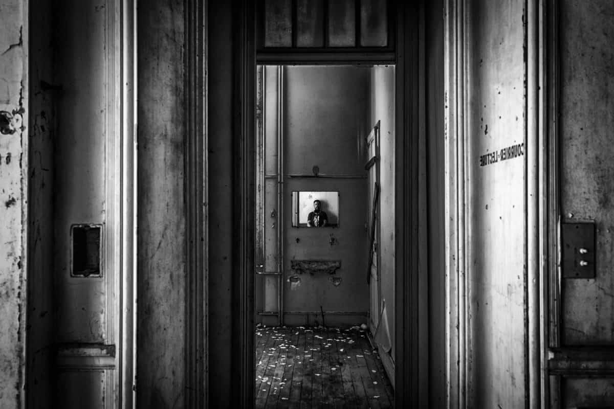 interni, uomo, casa, muro, porta, ritratto, monocromatico