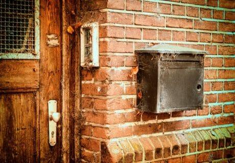 cassetta postale, casa vecchia, facciata, parete, mattoni all'aperto, porta d'ingresso,