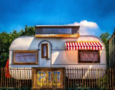 Kamp, kuća, drvo, ograde, plavo nebo, vanjski