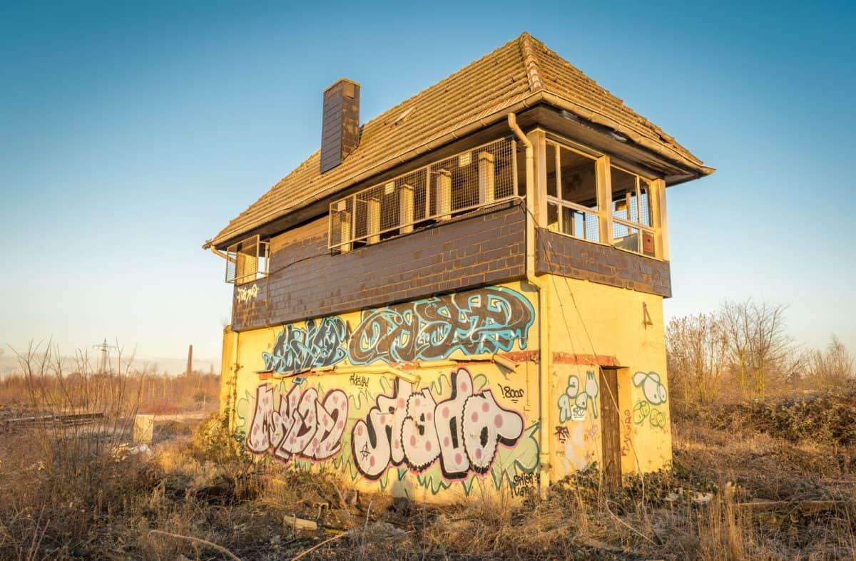viejo, casa, arquitectura, césped, al aire libre, cielo azul, planta de