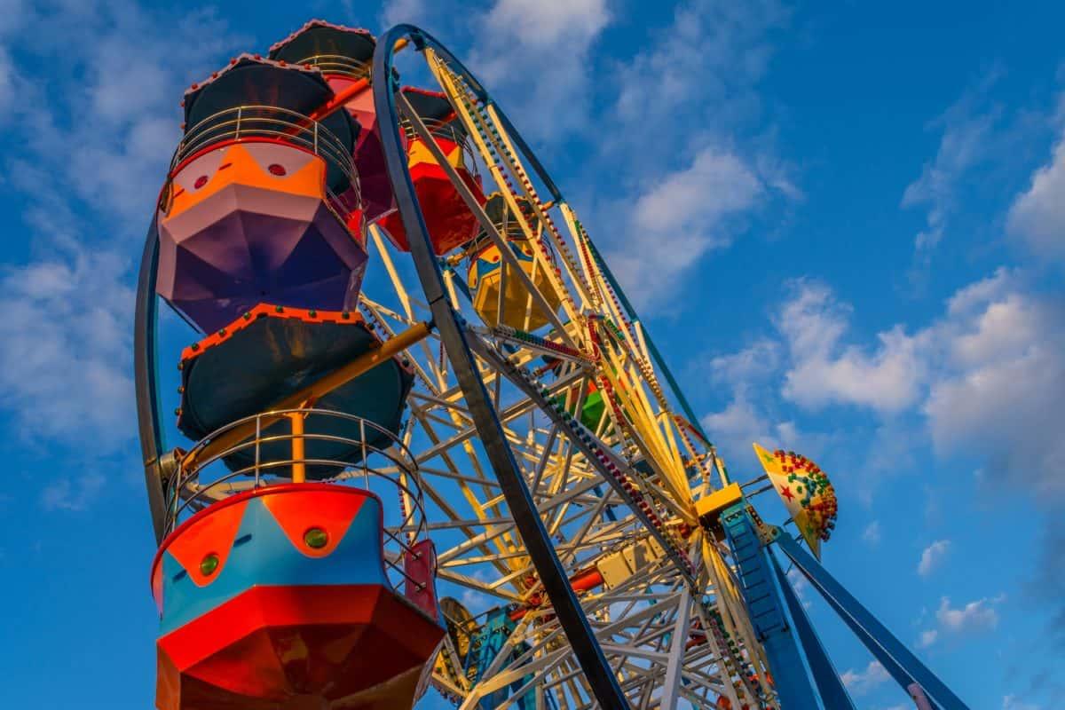 cielo azul, alegría, carnaval, entretenimiento, circo, rueda, construcción