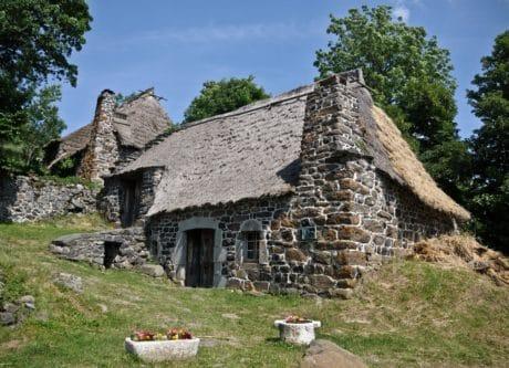 vecchio, casa, architettura, all'aperto, albero, erba, cielo, pietra