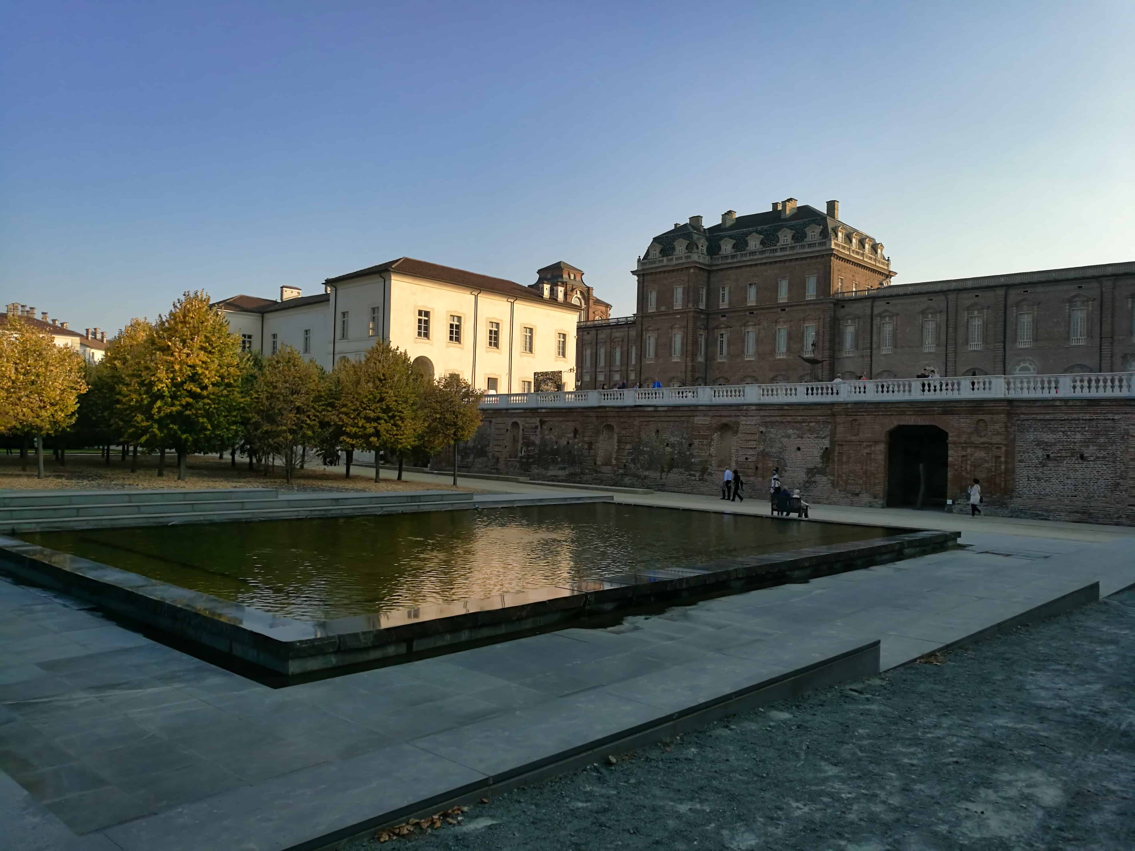 Exterior, Lake, Fountain, Architecture, Museum, Water, Palace, Fortress, Castle, City