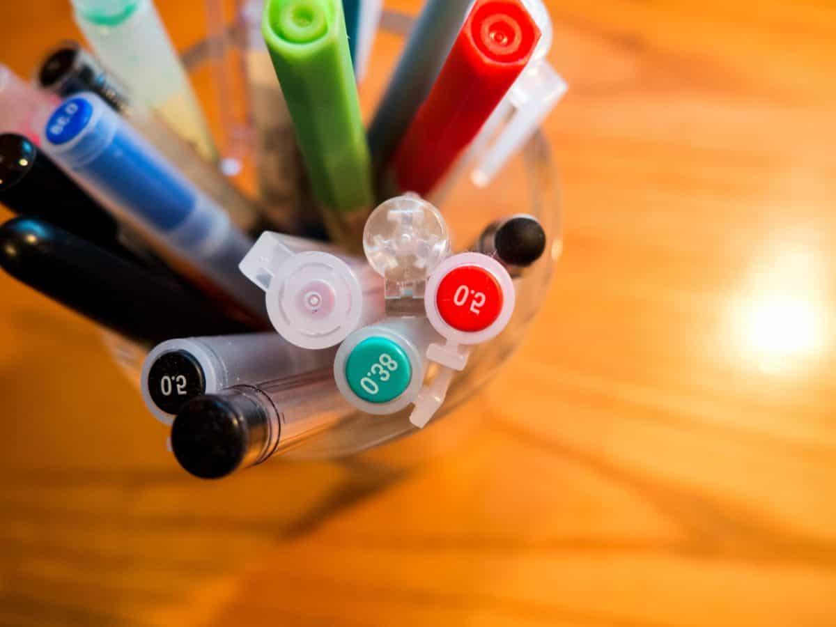 Bureau, intérieur, crayons, objet, en plastique, colorée, détail, macro