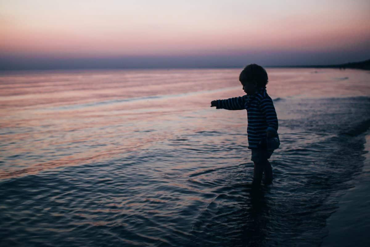 niño, océano, mar, orilla del mar, playa, atardecer, amanecer, agua, sol, arena