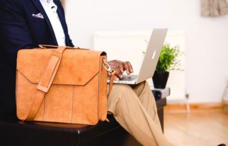 gente, cartera, bolso, portátil, hombre de negocios, interior
