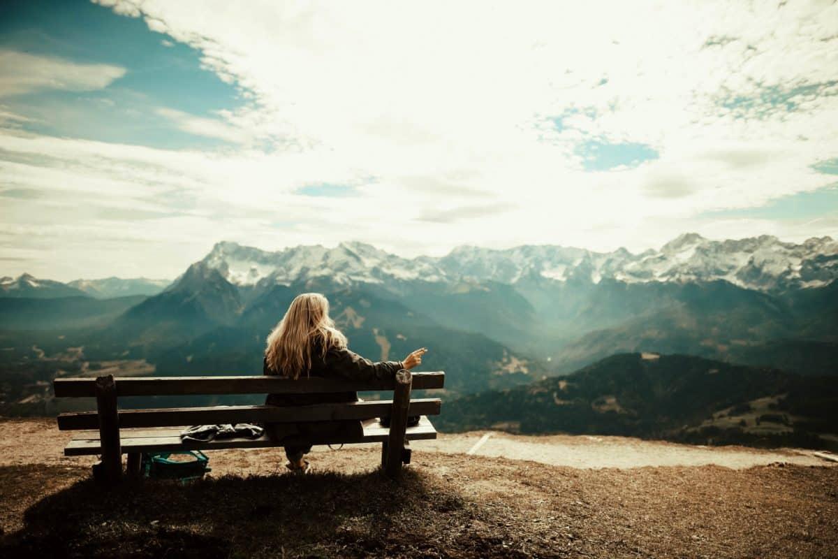 giovane donna, montagna, paesaggio, cielo, all'aperto, panca, terra