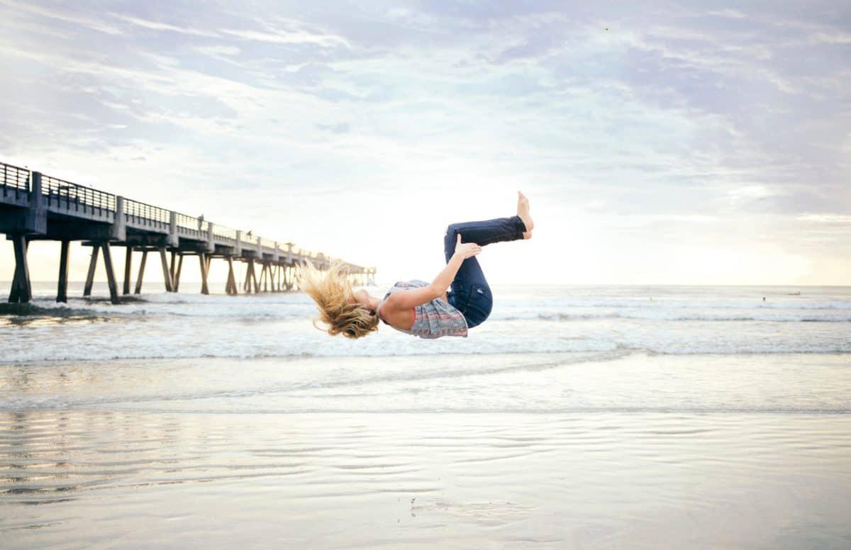 femme, plage, sable, mer, mer, ciel, eau, océan, sauter, coucher de soleil
