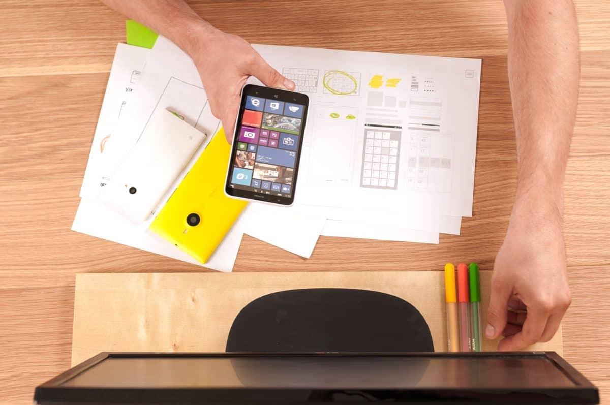 Bureau, programmeur, marketing, médias sociaux, table, personne, intérieur