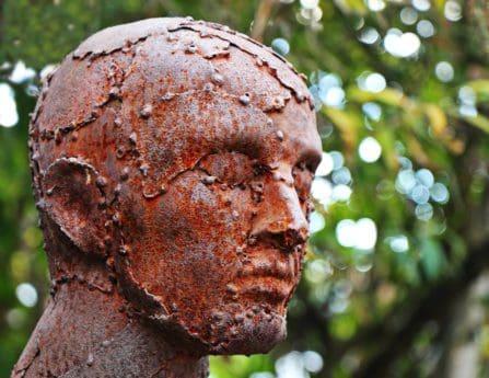 đồng, tượng, đứng đầu, người đàn ông, cây, người ngoài trời, nghệ thuật, tác phẩm điêu khắc