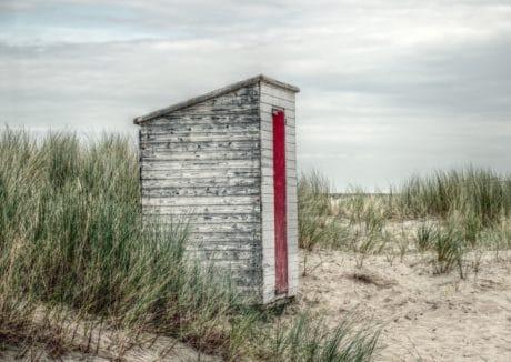 all'aperto, legno, oggetto, erba, spiaggia, cabina, sabbia, luce del giorno