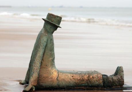sculpture, bronze, métal, art, homme, chapeau, côte, mer, sable