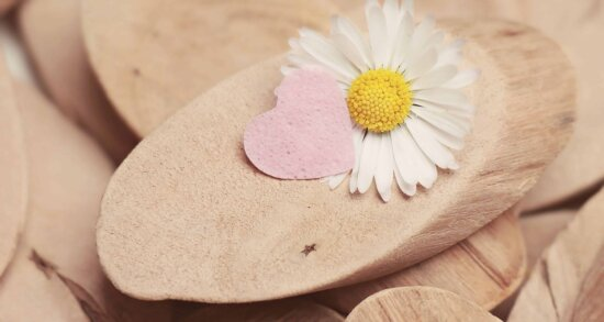 încă de viaţă, decor, lemn, flori, petale, inima, iubire, primavara, romantism