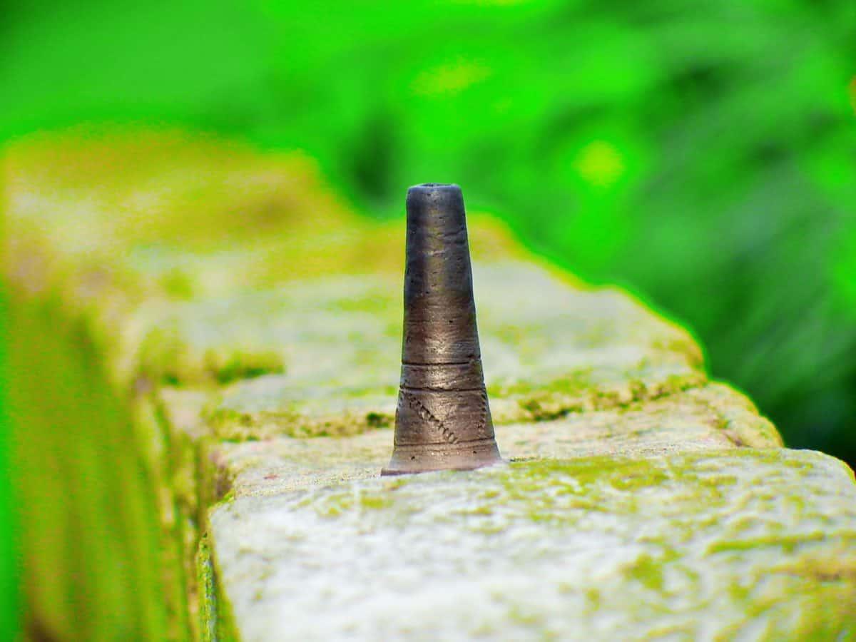 messinki, metalliesineen, heittää rautaa, terästä, kivi, ruoho, luonto