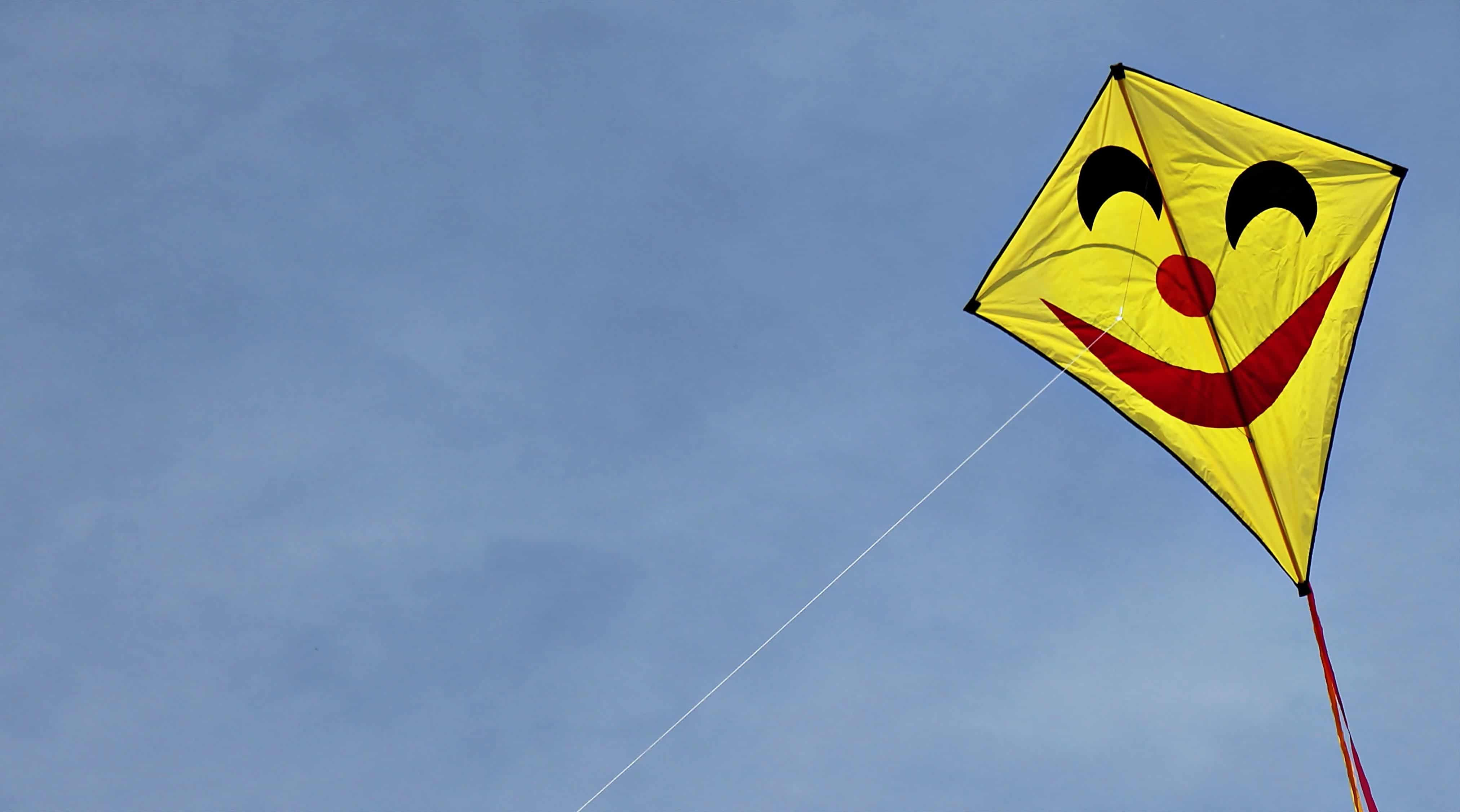 Imagen gratis: Dragón al aire libre, de cometa amarillo, azul cielo ...