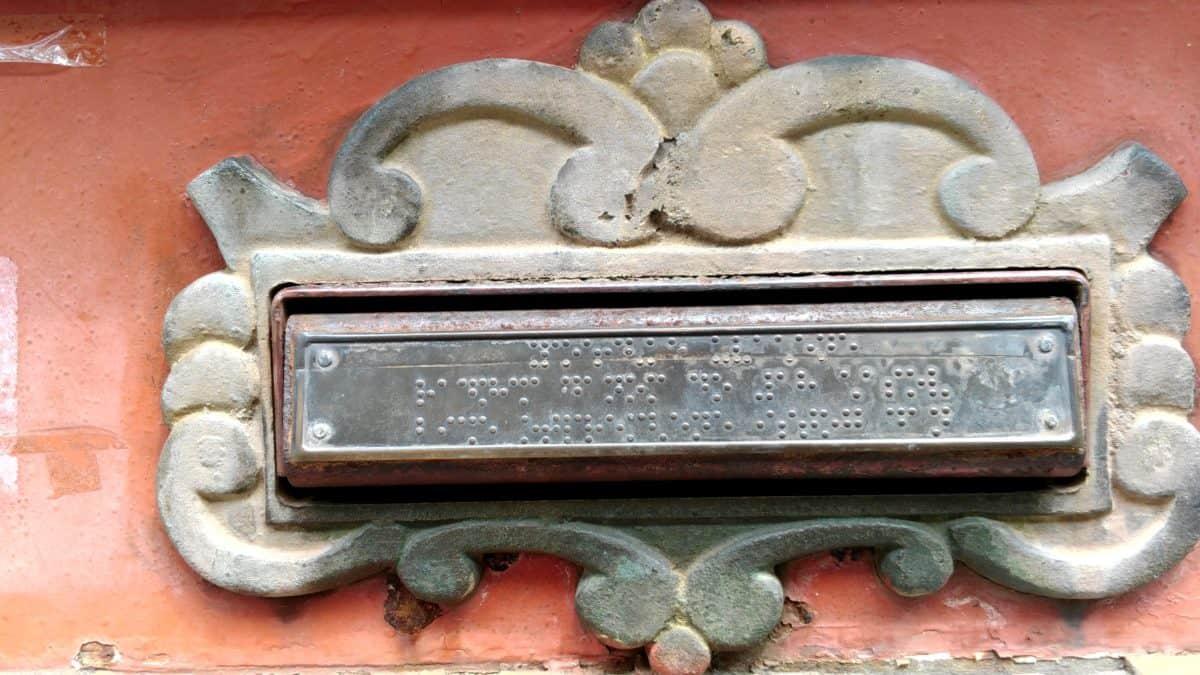 Braille alphabet, antique, ancienne, boîte aux lettres, métal, acier, fonte