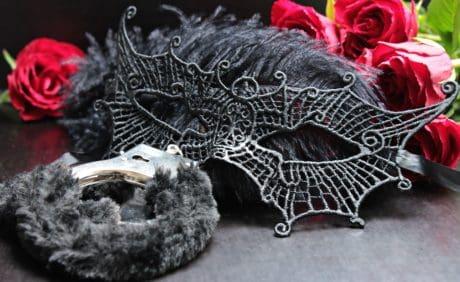 kwiat, róża, maska, futro, metal, kajdanki, romans