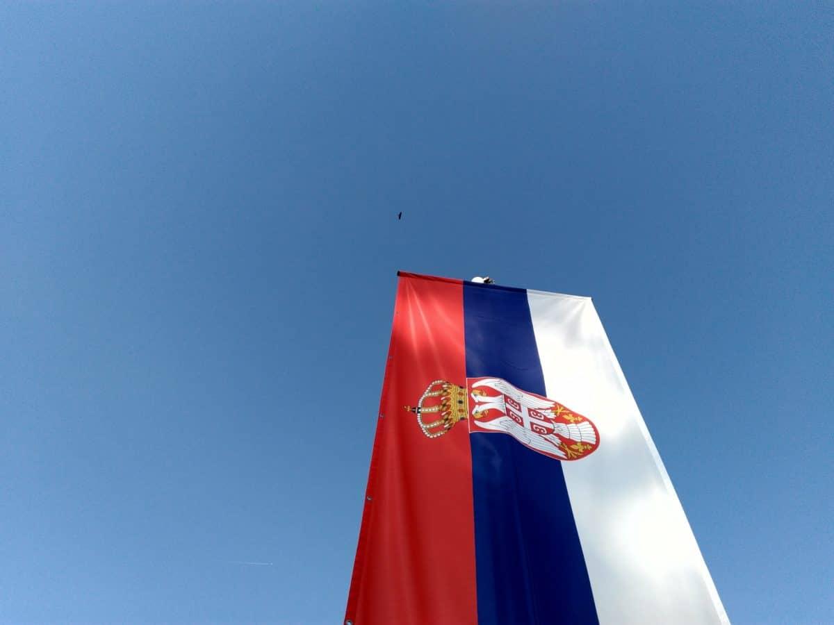 Srbská vlajka, modrá obloha, vlastenectví, vlajka, emblém, vítr, venk.