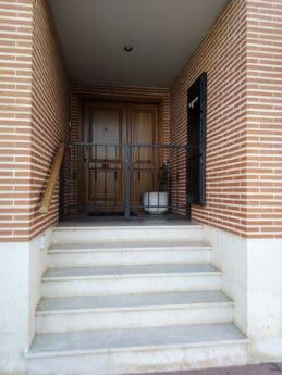 Передняя дверь, кирпичная стена, улица, экстерьер, лестница, городская