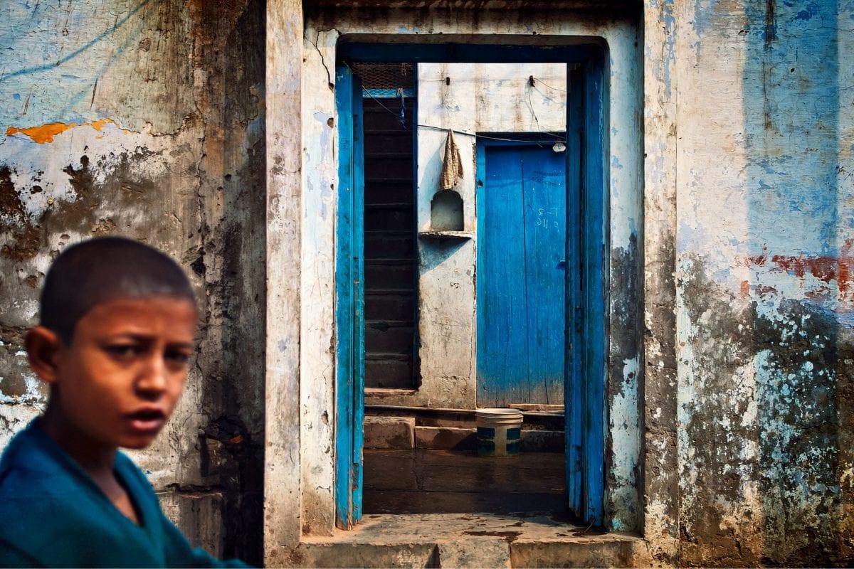 dítě, chlapec, ulice, dveře, staré, vesnice, zeď, architektura, dům, okno