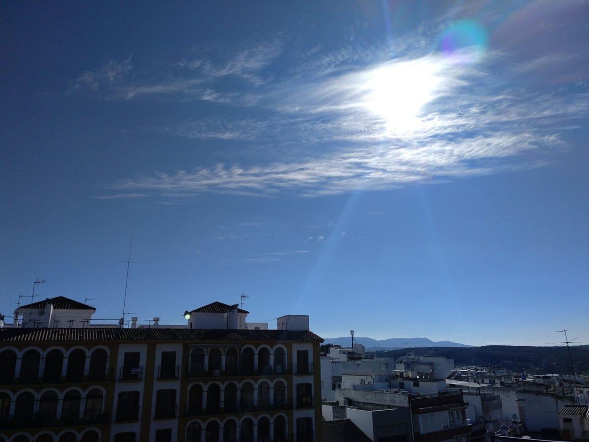Centro, sol, azotea, cielo azul, ciudad, calle, exterior, fachada, al aire libre, sol