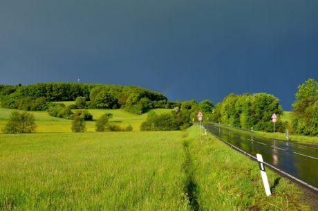 Natur, Gras, Baum, Landschaft, Straße, Asphalt, Landschaft, dunkler Himmel, Feld