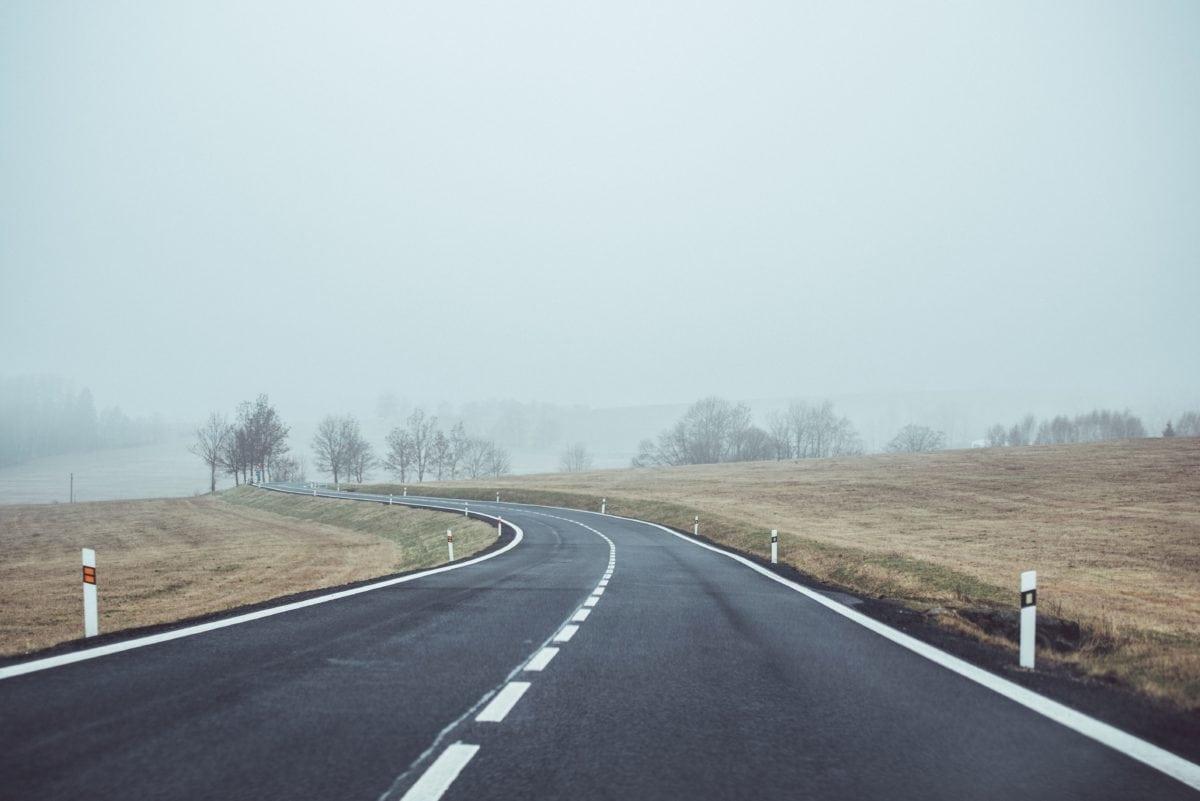cesta, asfalt, pejzaž, autocesta, kontrola prometa, autocesta, plavo nebo, magla