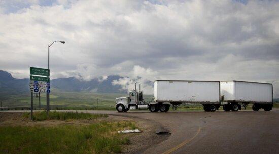 Fahrzeug, großer LKW, Straße, Landschaft, Feld, Himmel, Ausrüstung, Asphalt, Außenbereich
