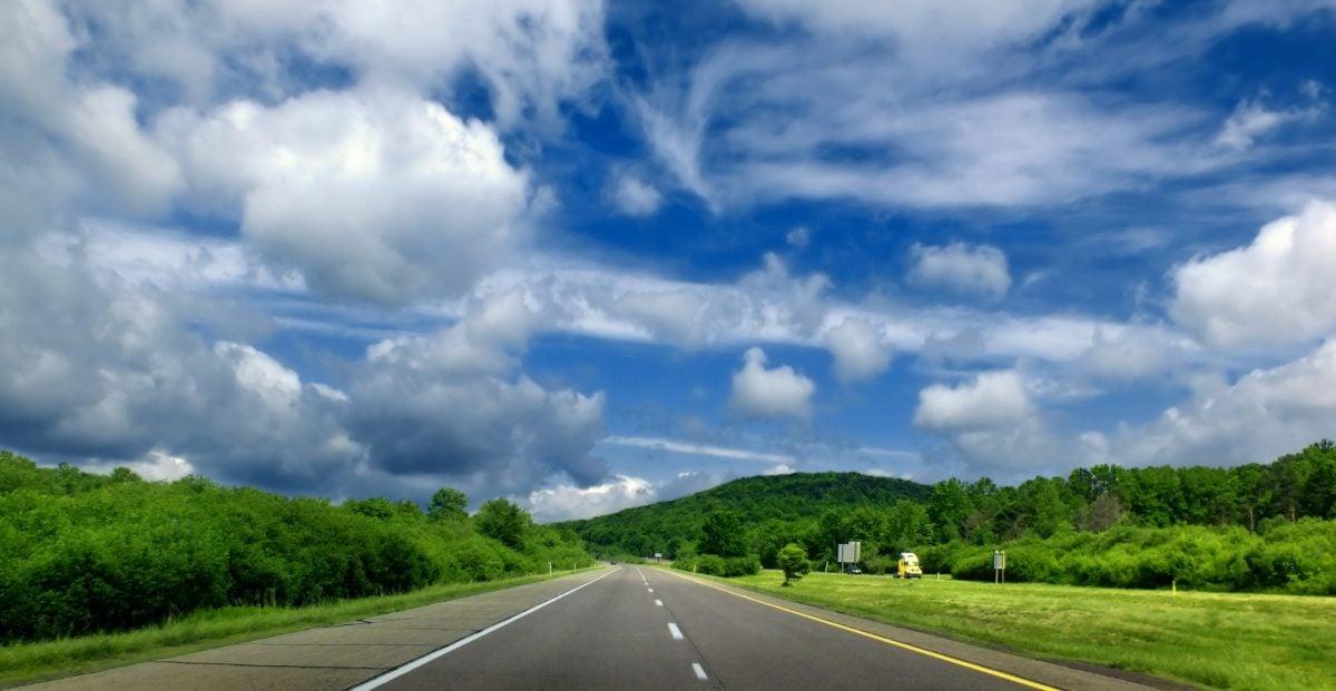 δρόμος, μπλε ουρανός, άσφαλτος, τοπίο, ταχείας κυκλοφορίας, φως της ημέρας, τρόπος, αυτοκινητόδρομος, ορίζοντας
