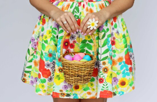 Veľkonočné vajíčko, mladá žena, pestrofarebné šaty, Prútený Kôš, osoba