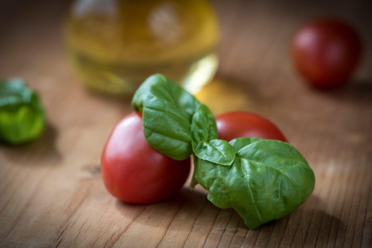野菜、葉、食品、ハーブ、トマト、キッチンテーブル、コショウ、バジル、サラダ