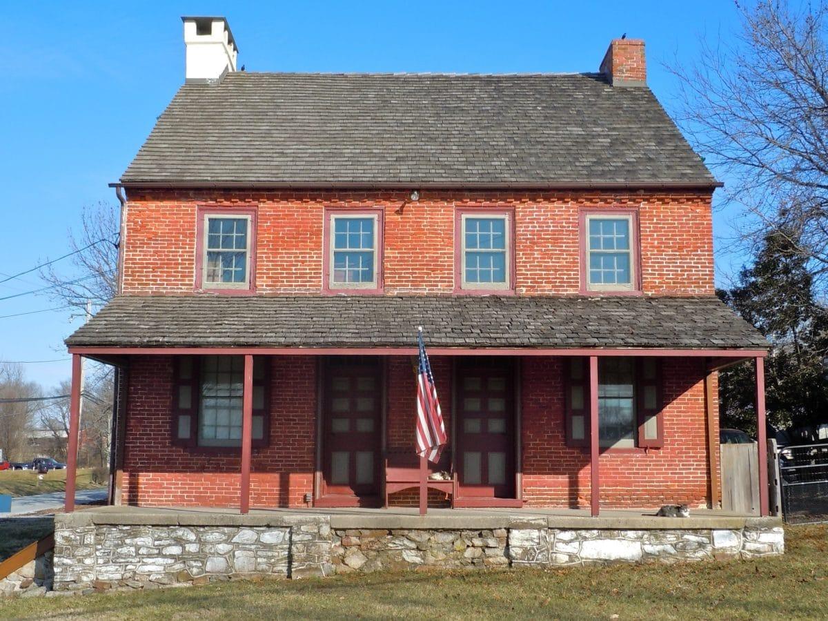 architecture, toit, maison, maison, domaine, pelouse, drapeau américain, extérieur, ciel, herbe