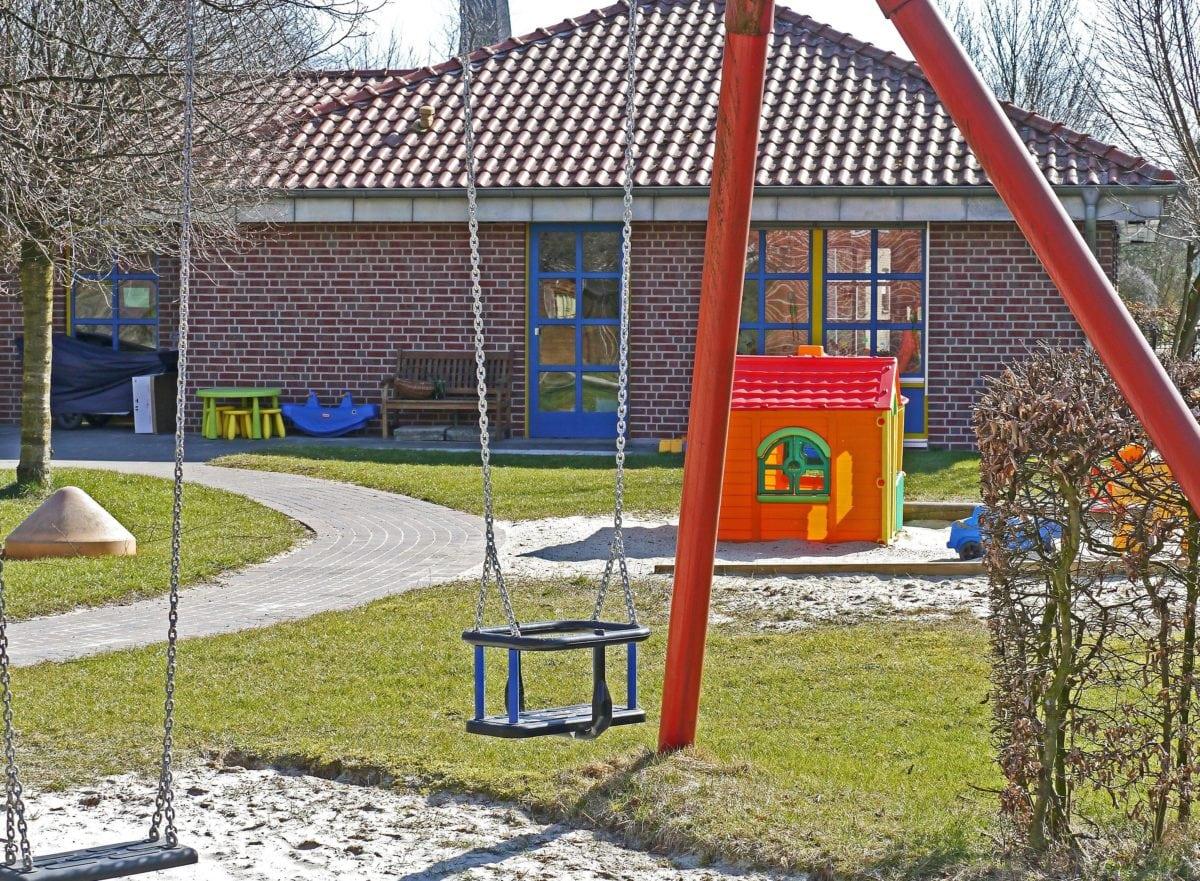 Lekeplass, areal, eksteriør, objekt, hus, gjerde, utendørs, gress