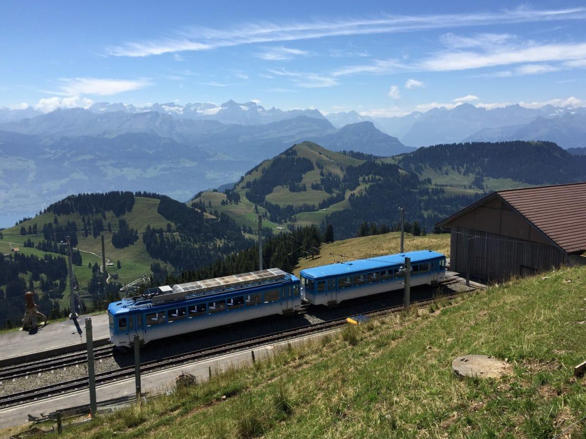 bjerg, landskab, køretøj, græs, blå himmel, udendørs, tog, bakker