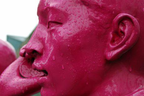 rød skulptur, portræt, regn, udendørs, kunst, person, statue
