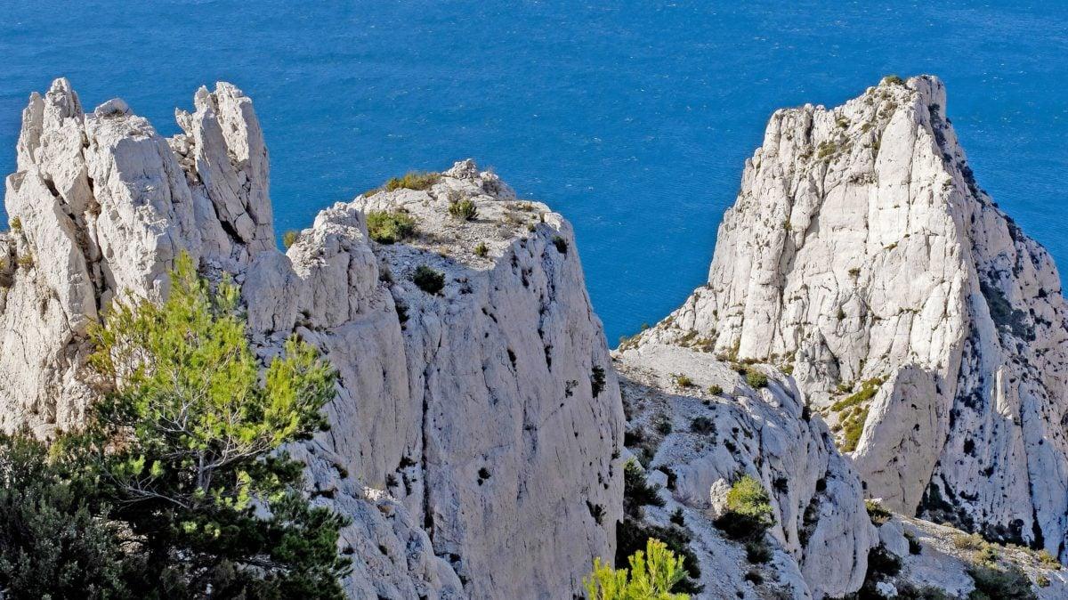 Hav, vand, sten, natur, himmel, dagslys, bugt, landskab, klippe, bjergtinde