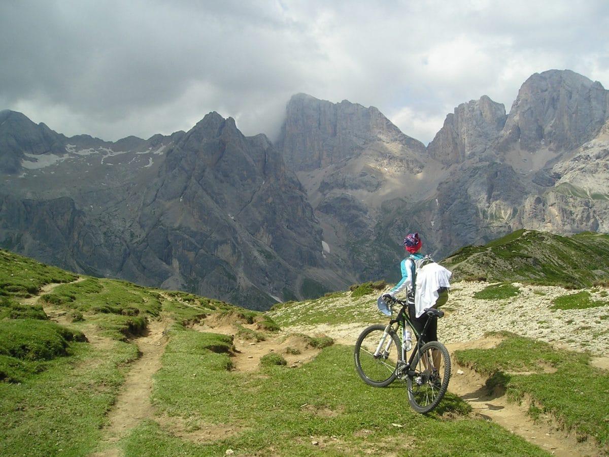 maasto pyöräily, urheilu, henkilö, polku pyörä, maisema, lumi, ulkona, ruoho, taivas