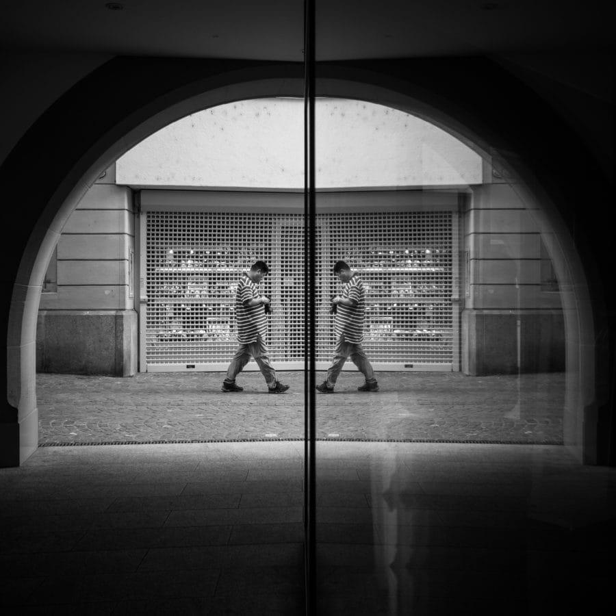 luk, odraz, ulica, ljudi, prozor, crno-bijeli, arhitektura, vrata