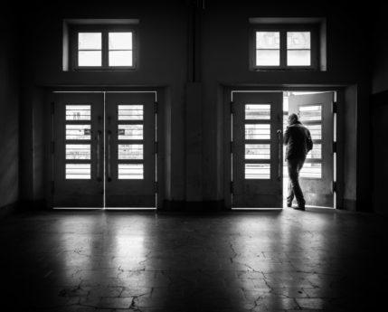 вратата, входната врата, мъж, архитектура, Прозорец, монохромен, улица, сянка