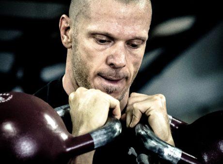 ciało, fitness, siłownia, mężczyzna, mięśni, portret, poważne, osoba