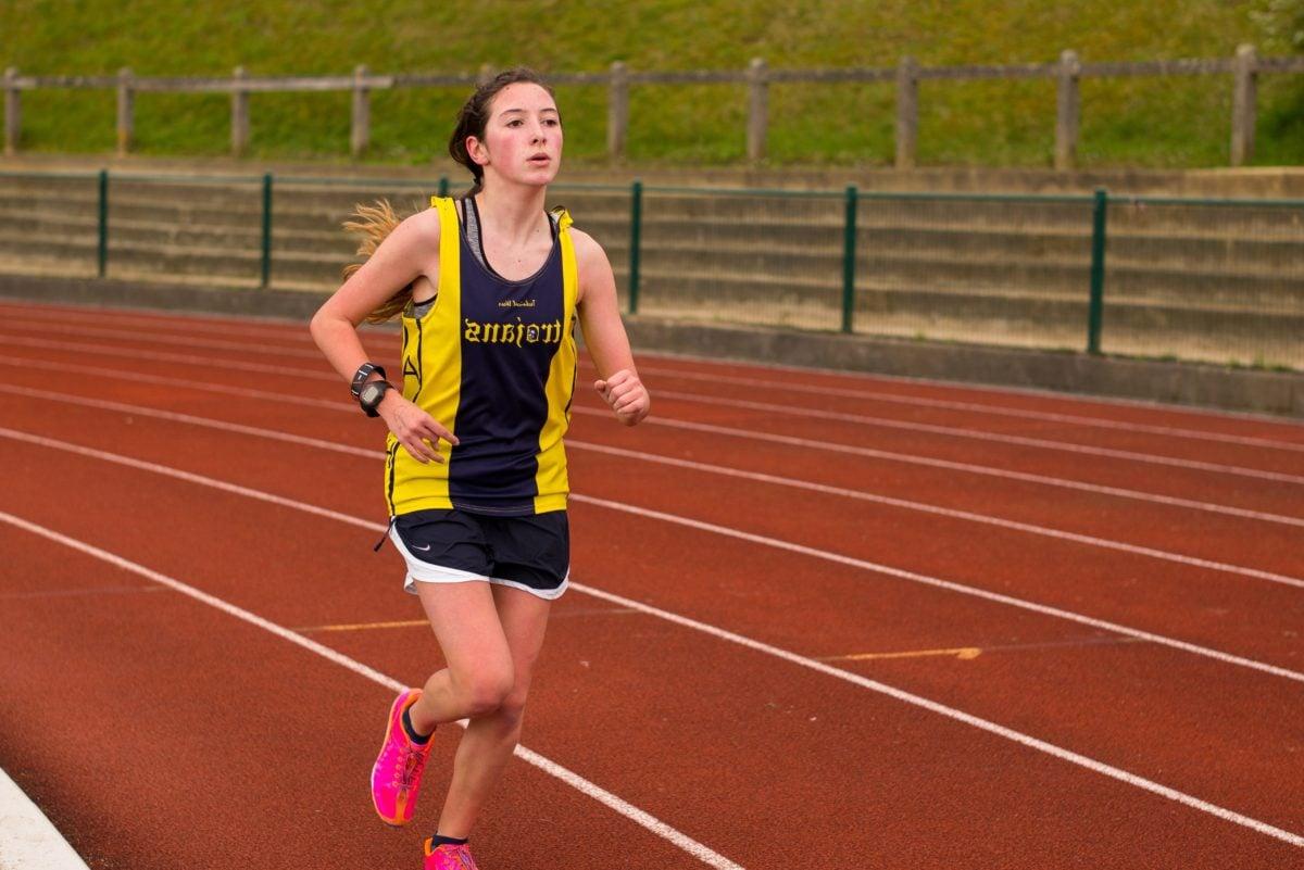 физическа активност, физически изпит, хубаво момиче, млада жена, лице, спорт, бегач, стадион