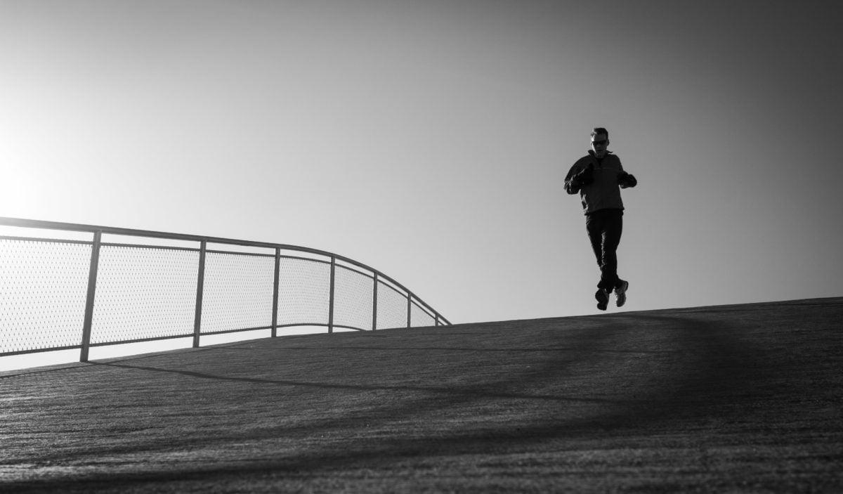 วิ่งออกกำลังกาย, กิจกรรมทางกายภาพ, รองชนะเลิศ, ทำงานอยู่, ขาวดำ, คน, เงา, สตรีท