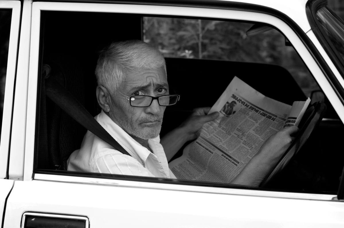 車, 車の座席, 眼鏡, 祖父, ニュース, 新聞, 人, テレビ