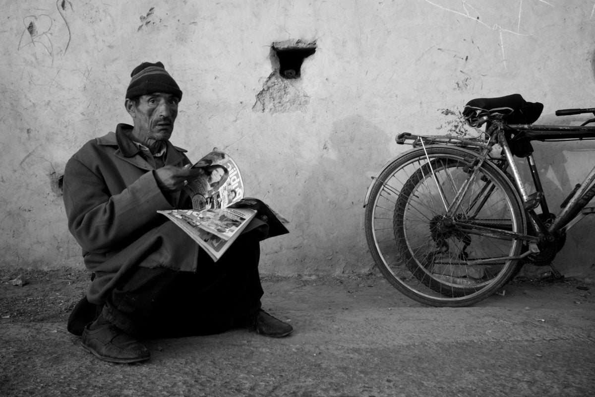 bicycle, newspaper, brass, people, monochrome, man, street, vehicle