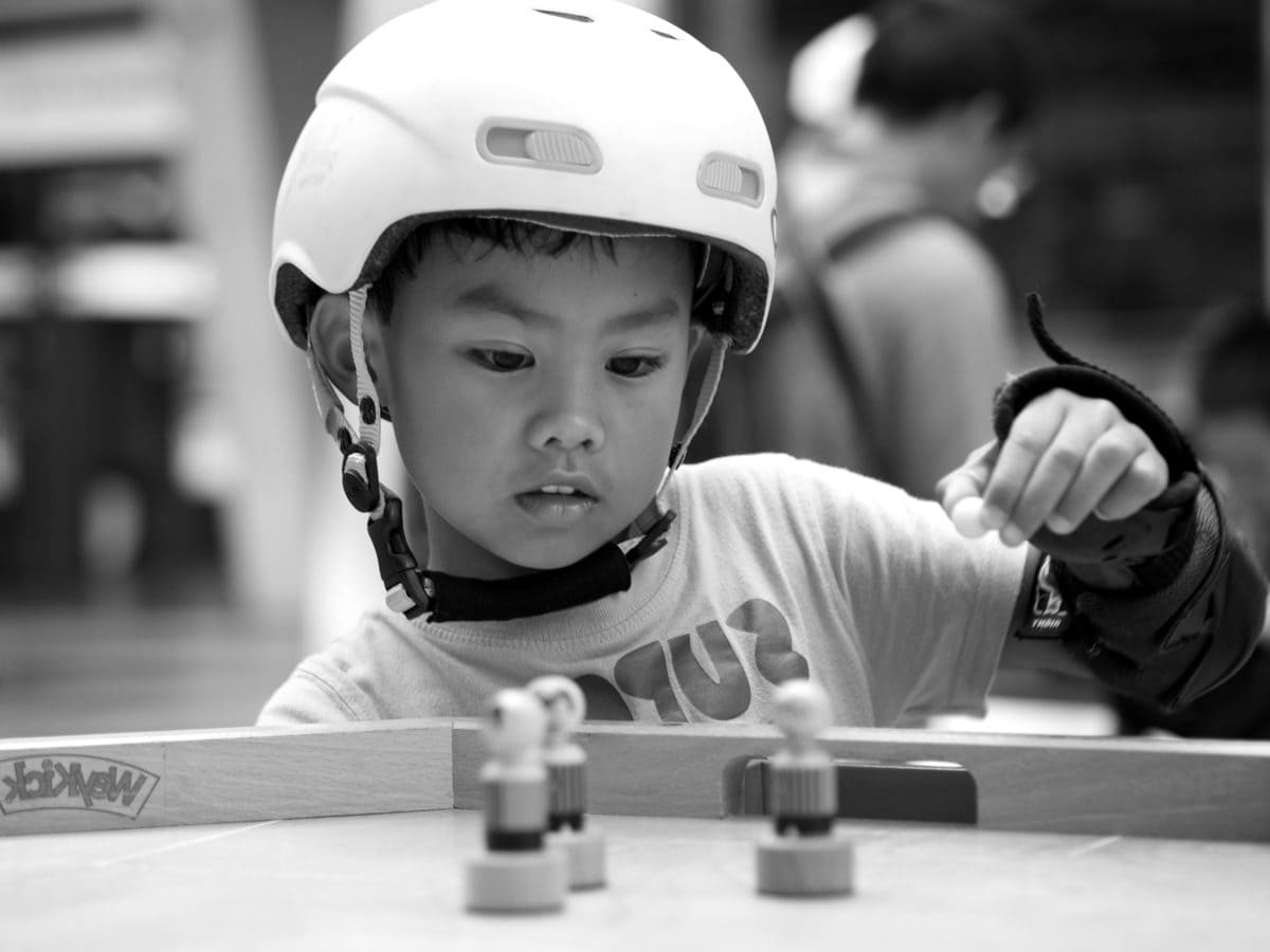 concentração, capacete, jogar, brincalhão, criança, pessoa, pessoas, retrato