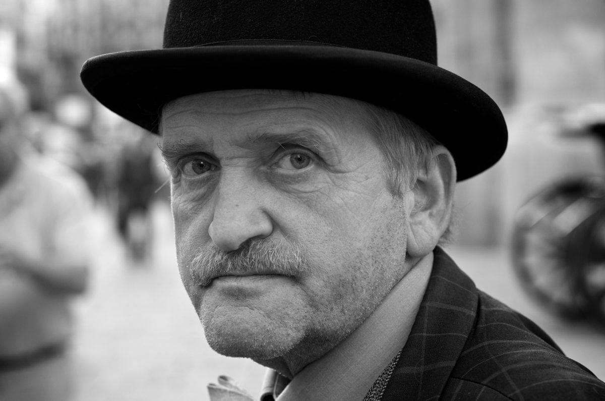 portré, emberek, ember, fekete-fehér, kalap, fátyol, utca, film