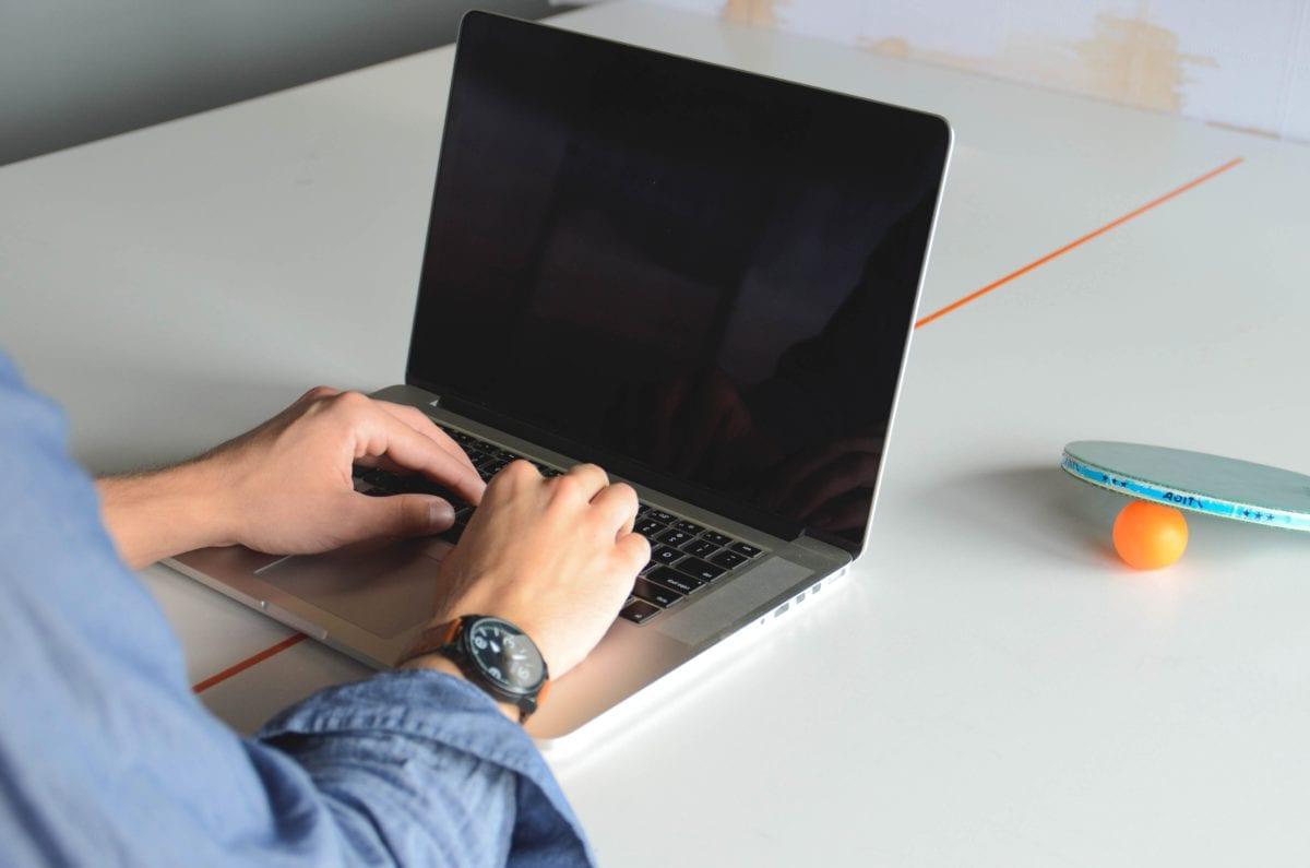 üzletember, üzletember, programozó, technológia, notebook, számítógép, hordozható számítógép, laptop
