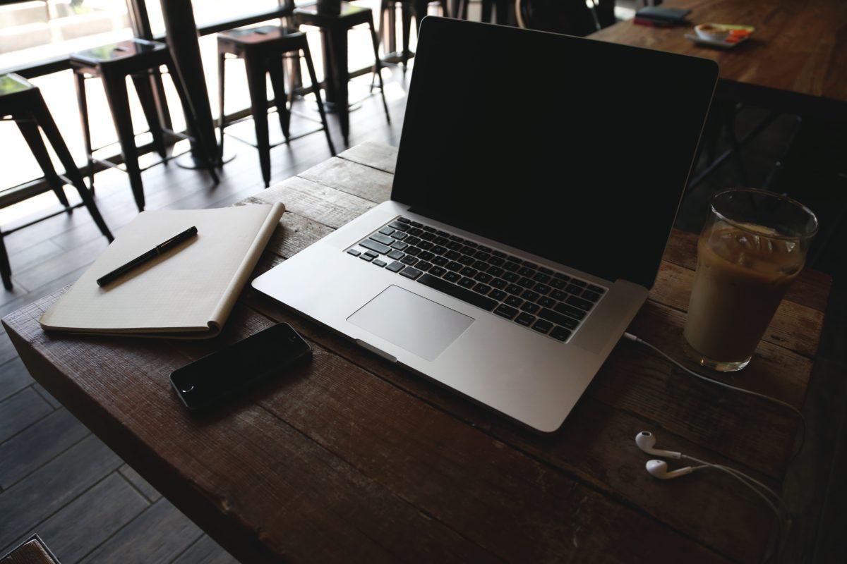 ถ้วยกาแฟ, หูฟัง, โทรศัพท์มือถือ, ร้านอาหาร, ห้องพัก, ตาราง, คอมพิวเตอร์แบบพกพา, เฟอร์นิเจอร์